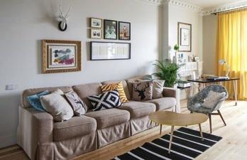 Гостиная с мягким диваном и окном