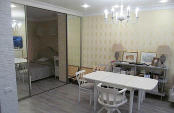 Комната со столом для гостей